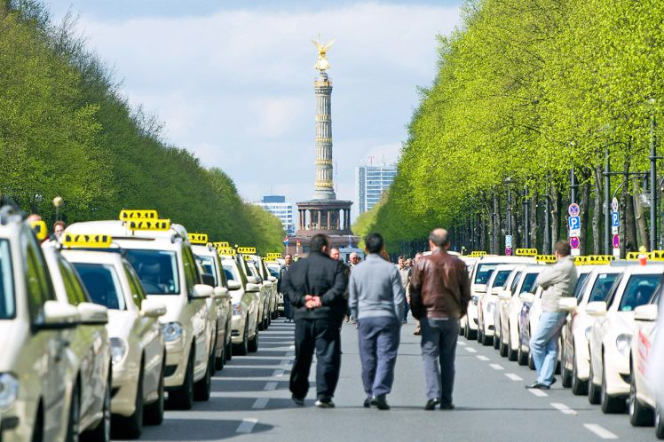 Apps-von-Mitfahrboersen-Taxifahrer-demonstrieren-1200x800-a6a3833206ae48b4